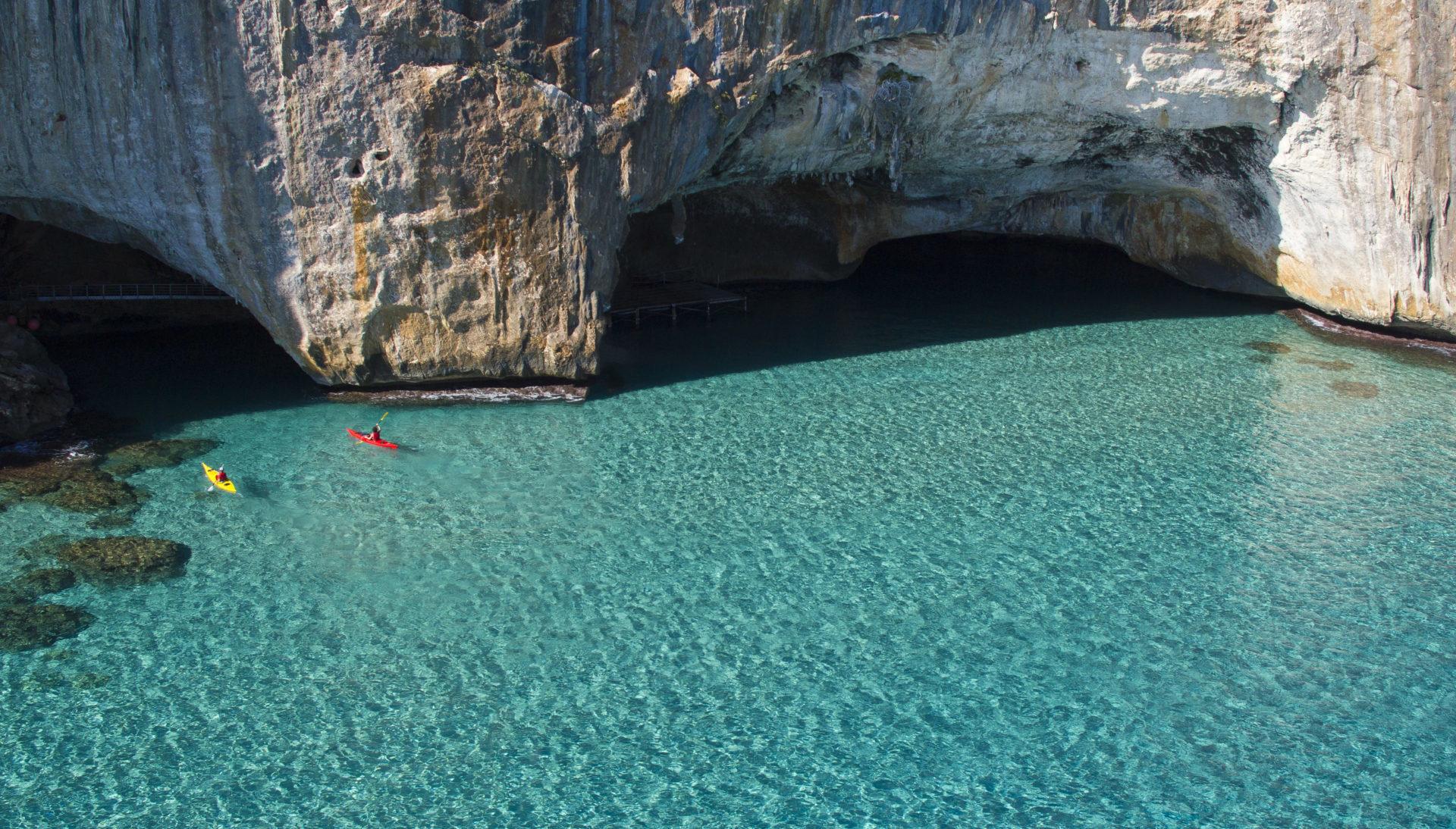 I nostri kayak alle Grotte del Bue Marino - Kayak Sardegna - Agenzia Prima  Sardegna | Cala Gonone